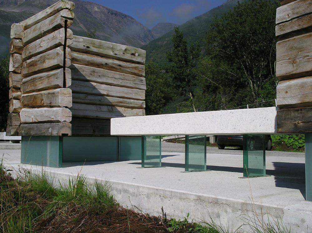 Mobilier urbain banc public en bois, pierre et verre