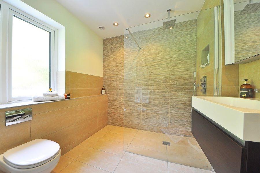Douche de plein pied dans une salle de bains adaptée PMR